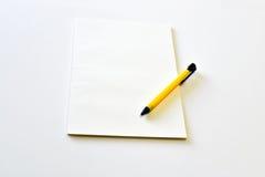 Leeres Notizbuch mit gelbem Stift Stockbild
