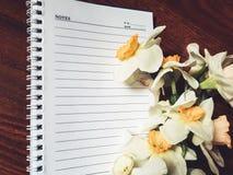 Leeres Notizbuch mit hellen Blumen Lizenzfreie Stockbilder