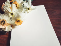 Leeres Notizbuch mit hellen Blumen Stockbild