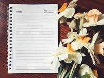 Leeres Notizbuch mit hellen Blumen Stockfoto