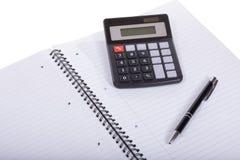 Leeres Notizbuch mit Stift und Taschenrechner Stockfoto