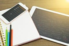 Leeres Notizbuch mit Tablette und Taschenrechner auf Schreibtisch lizenzfreie stockfotografie