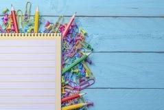 Leeres Notizbuch und Büroartikel auf einem hölzernen Schreibtisch stockfotos