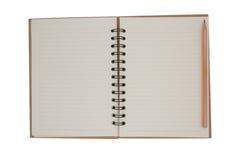 Leeres Notizbuch und Bleistift auf weißem Hintergrund stockbilder