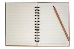 Leeres Notizbuch und Bleistift auf weißem Hintergrund lizenzfreie stockfotografie