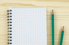 Leeres Notizbuch und Bleistifte auf Holztisch Lizenzfreies Stockbild