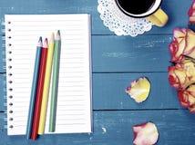 Leeres Notizbuch und bunte hölzerne Bleistifte Stockfotos