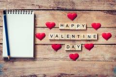 Leeres Notizbuch und Holz simst für glücklichen Valentine Day mit Rot ihn Stockfoto