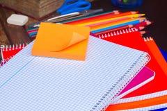 Leeres Notizbuch und Satz bunte Bleistifte an Stockfotografie