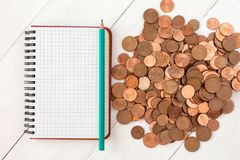 Leeres Notizbuch und Stapel von Eurocents Stockfotografie