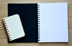 Leeres Notizbuch zwei auf der hölzernen Tischplatteansicht Stockbild