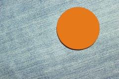 Leeres orange Abzeichen auf der Hose materiell Stockbilder
