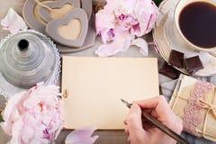 Leeres Papier, alte Buchstaben, Postkarten und männliche Hand Stockfotos