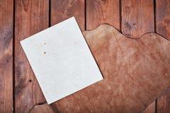 Leeres Papier auf einer Holzoberfläche Weinlesesatz Gegenstand Stockfoto