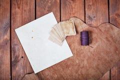 Leeres Papier auf einer Holzoberfläche Weinlesesatz Gegenstand Stockfotos