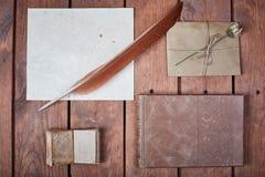 Leeres Papier auf einer Holzoberfläche Weinlesesatz Gegenstand Lizenzfreies Stockbild