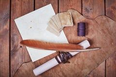 Leeres Papier auf einer Holzoberfläche Weinlesesatz Gegenstand Stockfotografie