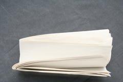 Leeres Papier auf Grau Lizenzfreies Stockfoto