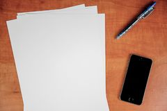 Leeres Papier auf Tabelle lizenzfreies stockbild