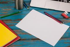 Leeres Papier, Farbbleistifte und Laptop Lizenzfreies Stockbild