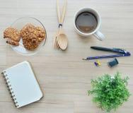 Leeres Papier, Kaffeepause und Bürowerkzeuge auf der hölzernen Tabelle - T Stockfoto