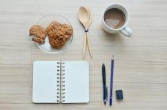 Leeres Papier, Kaffeepause und Bürowerkzeuge auf der hölzernen Tabelle - T Stockbilder