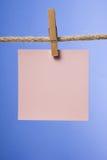 Leeres Papier merkt das Hängen am Seil mit Kleidungsstiften, Kopienraum Stockfotografie