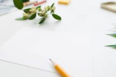 Leeres Papier mit freiem Raum des Bleistifts und der Blumen Stockbild