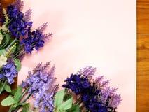 Leeres Papier mit Lavendel und auf Beschaffenheitspapier Stockfotografie