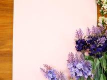 Leeres Papier mit Lavendel und auf Beschaffenheitspapier Lizenzfreie Stockbilder