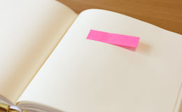Leeres Papier mit Post-Itpapier auf Seite Lizenzfreies Stockbild