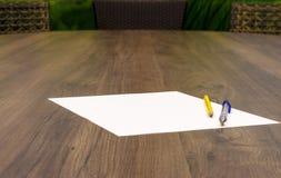 Leeres Papier mit Stift und Bleistift auf dem Holztisch Lizenzfreies Stockfoto