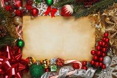 Leeres Papier umgeben durch Weihnachtsverzierungen Stockbild