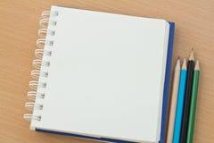 Leeres Papier und Bleistifte Lizenzfreie Stockbilder