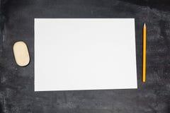 Leeres Papier und Bleistifte mit Lizenzfreie Stockfotos