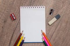 Leeres Papier und bunte Bleistifte Stockfotos