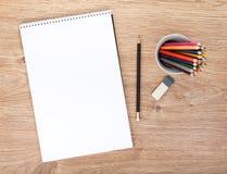 Leeres Papier und bunte Bleistifte Stockbilder