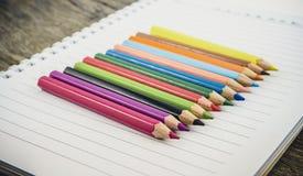 Leeres Papier und bunte Bleistifte Stockbild