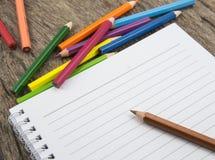 Leeres Papier und bunte Bleistifte Lizenzfreie Stockbilder