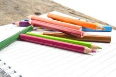 Leeres Papier und bunte Bleistifte Lizenzfreie Stockfotografie