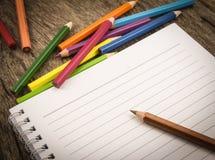 Leeres Papier und bunte Bleistifte Stockfotografie