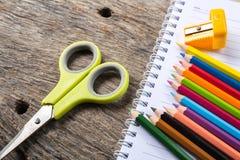 Leeres Papier und bunte Bleistifte Stockfoto