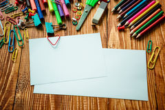 Leeres Papier und bunte Bleistifte auf dem Holztisch Stockfoto