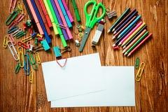 Leeres Papier und bunte Bleistifte auf dem Holztisch Lizenzfreie Stockfotografie