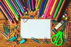 Leeres Papier und bunte Bleistifte auf dem Holztisch Lizenzfreies Stockbild
