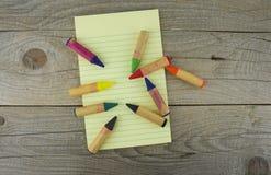 Leeres Papier und bunte Bleistifte auf dem Holztisch Ansicht von Lizenzfreie Stockfotografie