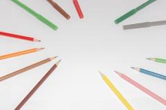 Leeres Papier und bunte Bleistifte auf dem Holztisch Ansicht von oben Lizenzfreie Stockfotos