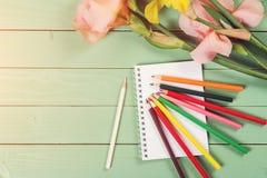 Leeres Papier und bunte Bleistifte auf hölzernem Hintergrund Lizenzfreies Stockfoto