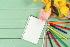 Leeres Papier und bunte Bleistifte auf hölzernem Hintergrund Lizenzfreie Stockfotos