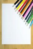 Leeres Papier und bunte pensils Stockbilder